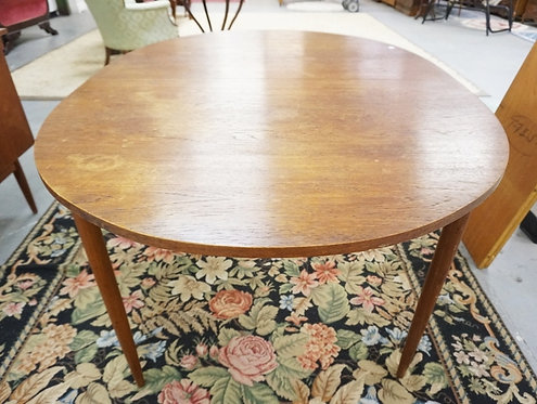 MID CENTURY MODERN WALNUT DINING TABLE WITH 2 LEAVES.