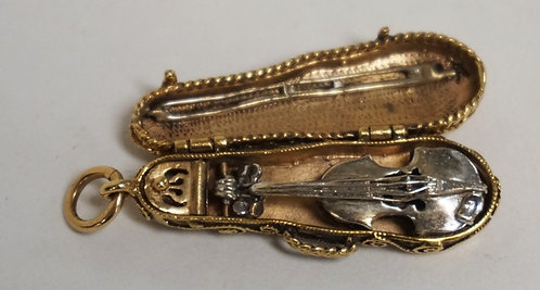 14K GOLD CHARM IN THE FORM OF A VIOLIN AND CASE. 5.80 DWT. 1 1/4 INCHES LONG. YE