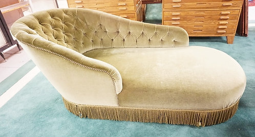 CHAISE LOUNGE IN TUFTED GREEN UPHOLSTERY.