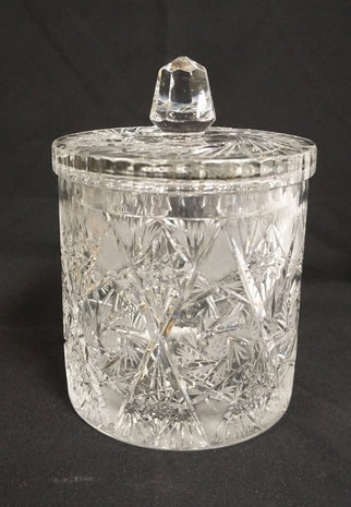 HAWKES LARGE CUT CRYSTAL BISCUIT JAR WITH LID. SIGNED ON THE BASE. 9 INCHES HIGH