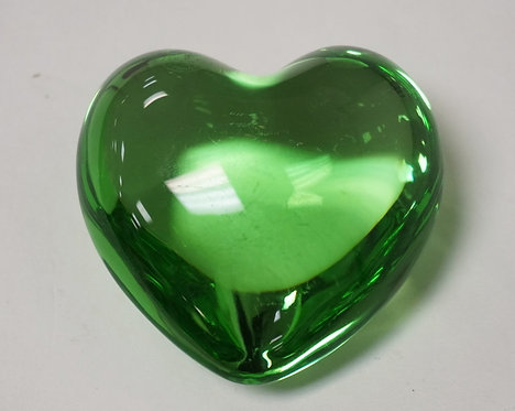 BACCARAT CRYSTAL HEART SHAPED PAPERWEIGHT IN EMERALD GREEN. 3 INCHES WIDE.