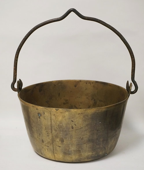 ANTIQUE HEAVY BRASS POT WITH AN IRON BAIL HANDLE. 12 1/4 INCH DIA. 16 INCHES TO