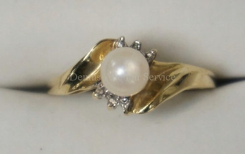 10K YELLOW GOLD PEARL RING WITH DIAMOND ACCENTS. 1.30 DWT.