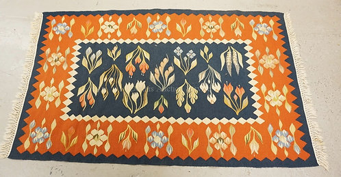 HULL HOUSE WOVEN RUG IN A FLORAL PATTERN. 3 X 5 FOOT.