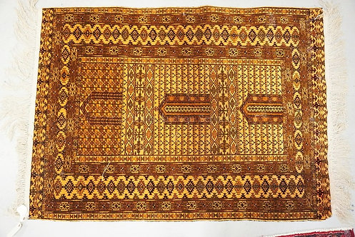 HAND MADE ORIENTAL RUG MEASURING 5 FT 10 INCHES X 4 FT 3 INCHES.