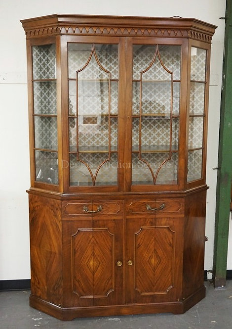 ANTIQUE MAHOGANY CORNER CABINET WITH A FLAT BACK, BOOK MATCHED FIGURED VENEER, A