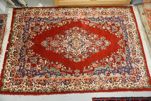 HAND MADE ORIENTAL AREA RUG MEASURING 4 FT 8 INCHES X 6 FT 10 INCHES.