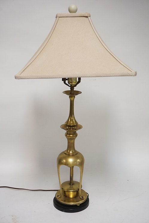 QUALITY BRASS TABLE LAMP IN AN ASIAN FORM. 30 INCHES HIGH.