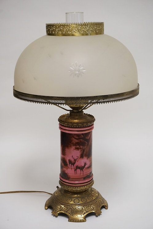 1039_VICTORIAN TABLE LAMP HAVING A HAND PAINTED CYLINDRICAL GLASS BODY DECORATED