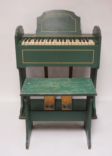 ESTEY CHILDS PUMP ORGAN WITH METAL ESTEY TAG. ORKING CONDITION. 32 INCHES HIGH.