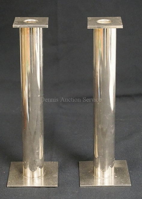 PAIR OF MODERN CANDLESTICKS WITH SQUARE FEET AND TOPS WITH CYLINDRICAL STEMS. 10