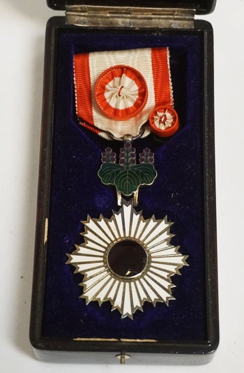 1254_ORDER OF THE RISING SUN 4TH CLASS MEDAL WITH BOX. THE RED CENTER HAS A NICK