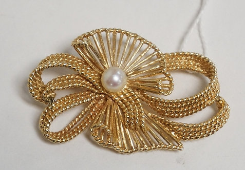 14K GOLD BROOCH WITH OPENWORK DESIGNS AND A PEARL CENTER. 8.60 DWT. 2 1/8 X 1 1/