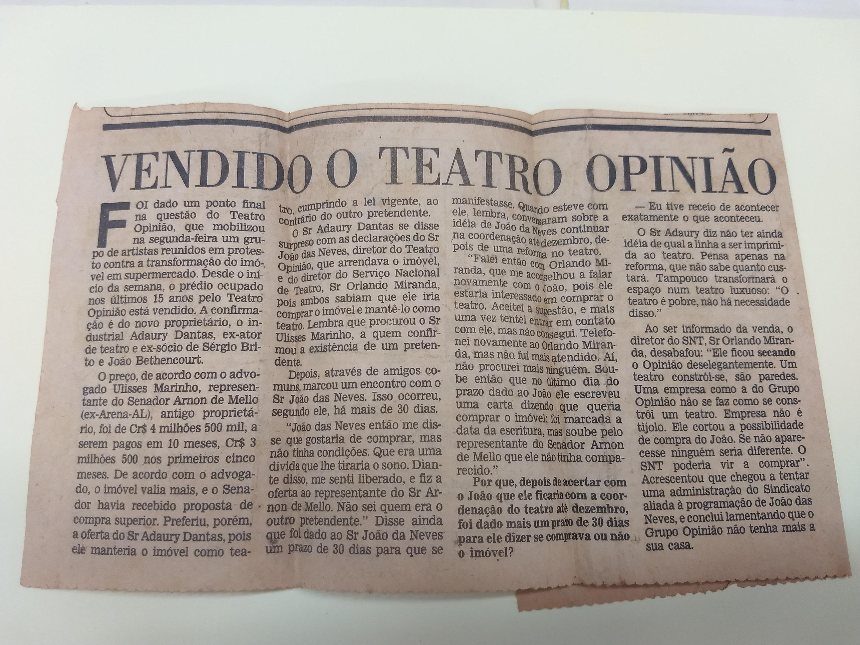 """Recorte de Jornal """"Vendido o Teatro Opinião"""""""