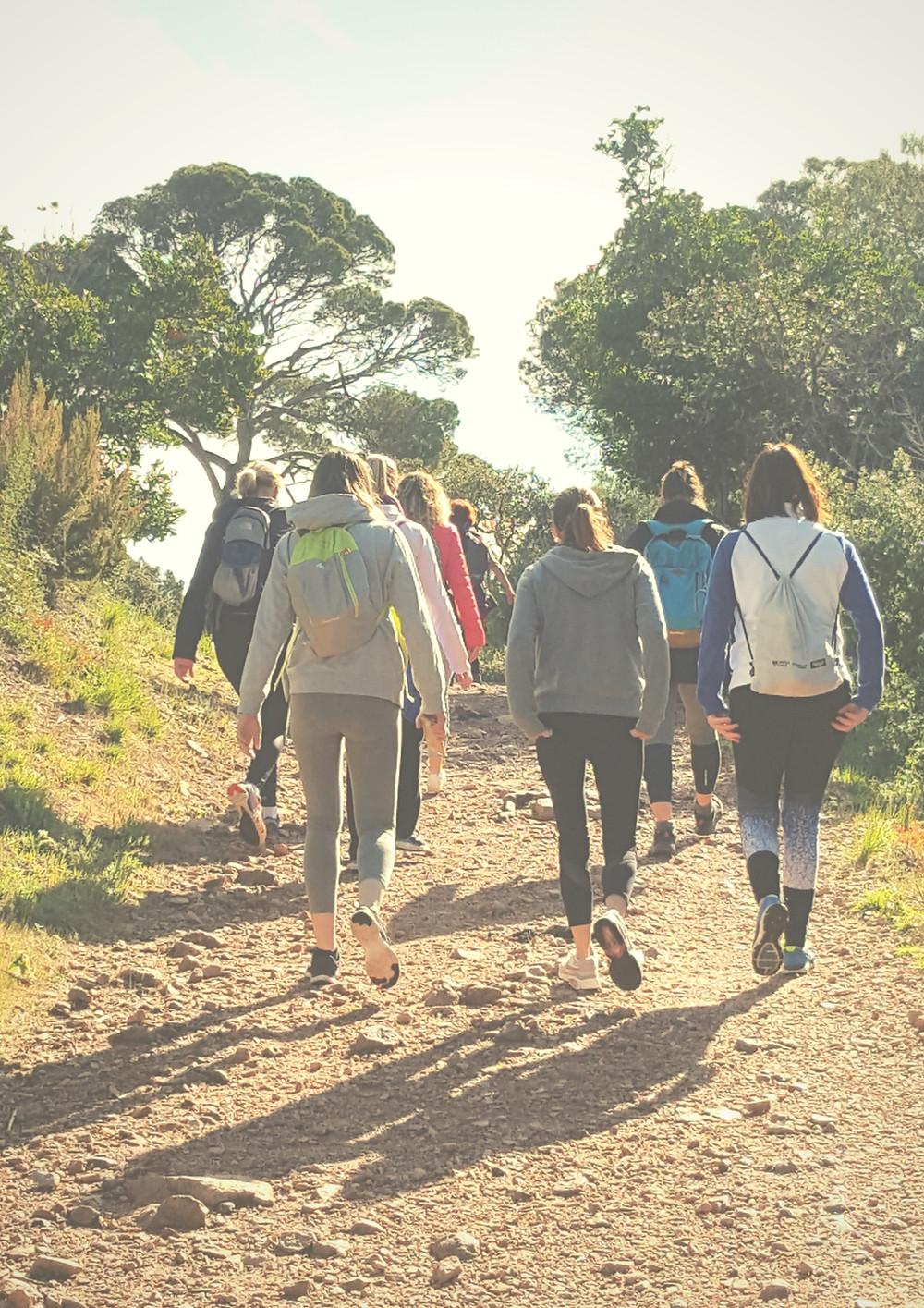 groupe de femmes marchant dans l'esterel