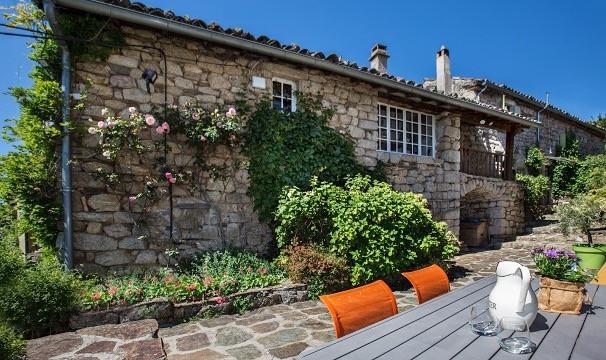 terrasse et maison en pierre à la petite cour verte