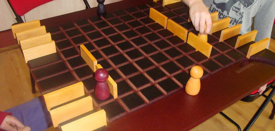 Photo d'un jeu de société géant, démonstration d'une animation proposée par Les Chats Perchés à Langres