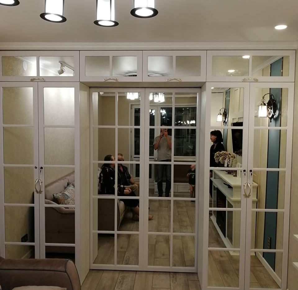 Зеркальные шкафы с купейными дверями перегородка