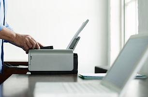 Muž Použití tiskárny počítače