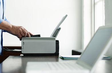 Menschen mit Computer-Drucker