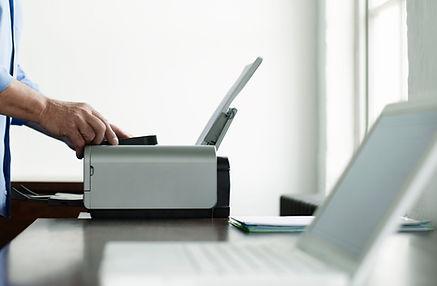 Hombre que usa el ordenador de la impresora