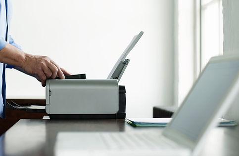 Hombre que usa el ordenador de la impres