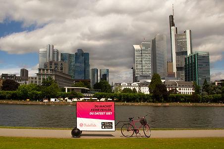 ShakeDate-Bikewerbung-Fahrradwerbung-Frankfurt am Main-Skyline