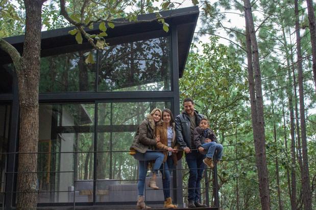 Familia posando en su cabaña de Señorío Agua Zarca