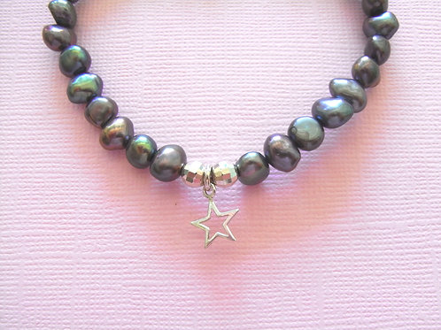 Sea Daisy Blue/Black Pearl Star Charm Stretch Bracelet