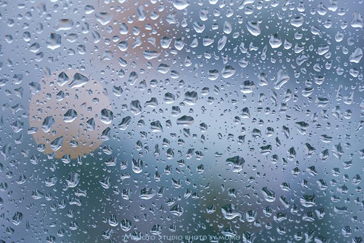 窓ガラスの雨粒1