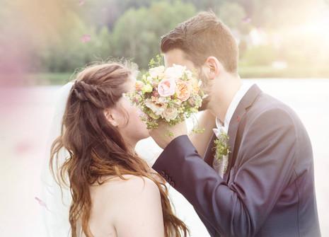 Versteckt hinter Brautstrauß
