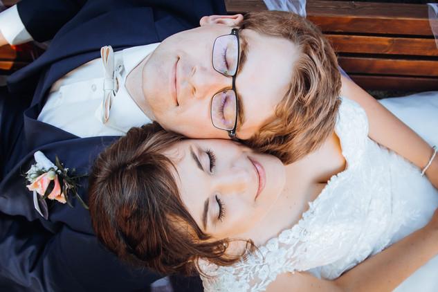 Brautpaar gemeinsam liegend