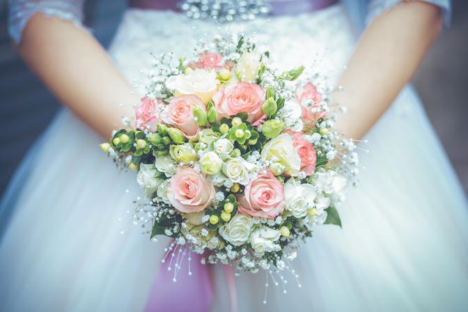 Brautkleid mit Brautstrauß