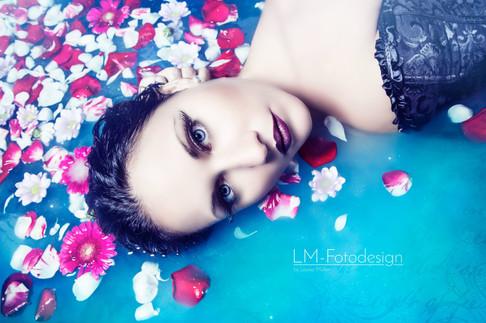 Wasser Portrait mit Blüten