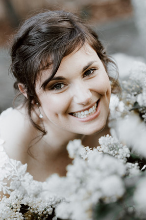 Braut im Blumenmeer