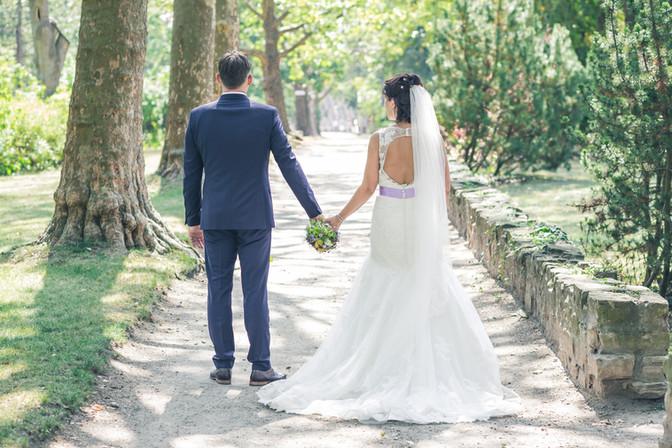 Brautpaar geht den Weg entlang