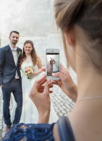 Brautpaar mit Handy