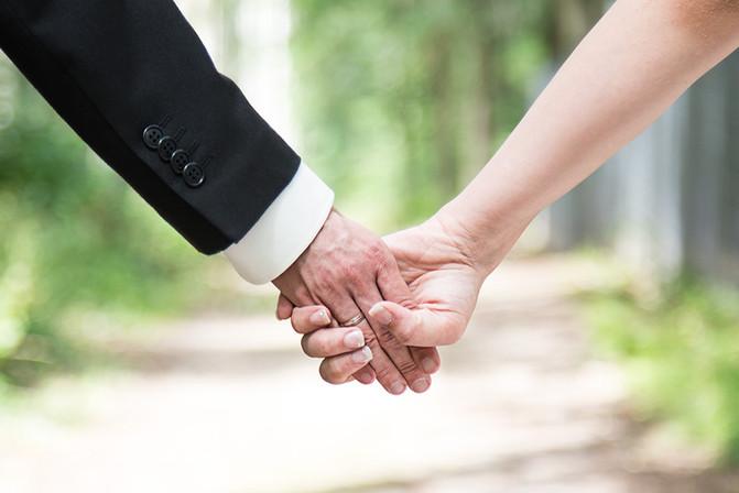 Hand in Hand Hochzeitspaar