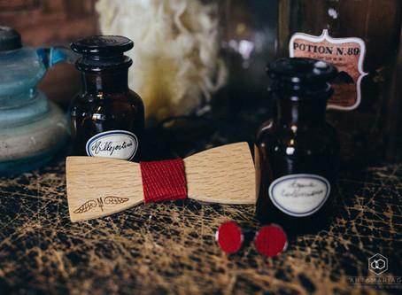 Un noeud papillon en bois pour le shooting d'inspiration mariage Harry Potter avec Art&Mariage