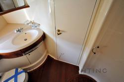 Azimut 68 Plus Guest Cabin head