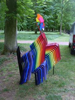 """Sculpture """"l'Art pour le dire"""". Empilement de chaise. Réalisé à l'IME des Isles."""