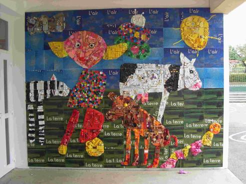 Hommage à Simone Carre Galimard. Collage d'éléments plastiques. Taille 300x200cm. Réalisé à l'école primaire St-Georges.