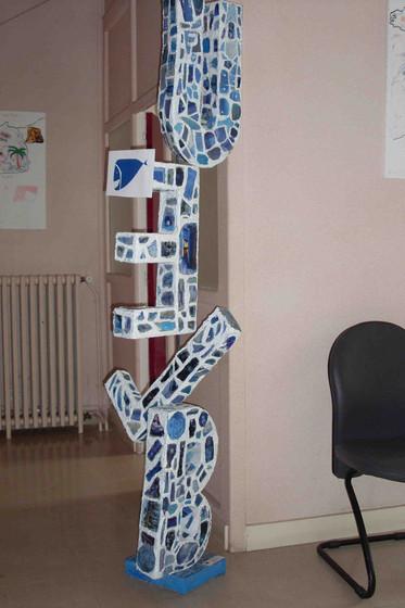 Sculpture totem Bleu Art pour le dire à Dijon. Réalisé à l'Ime des isles.
