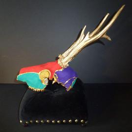 Crâne animalier recouvert de cuir