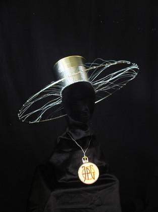 Création bijou chapeau à partir d'une boite de conserve pour Jean Paul Gaultier