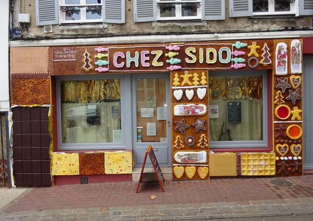 Façade festive de Chez Sido
