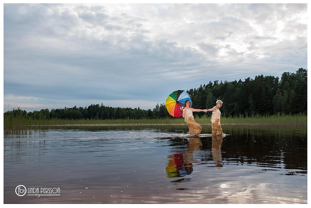 Underbara paret Cina och Chatrin spexar runt i vattnet medan jag fixar med kameran.
