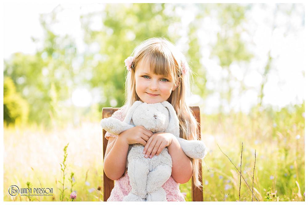 High key porträtt av söta Matilda med kanin