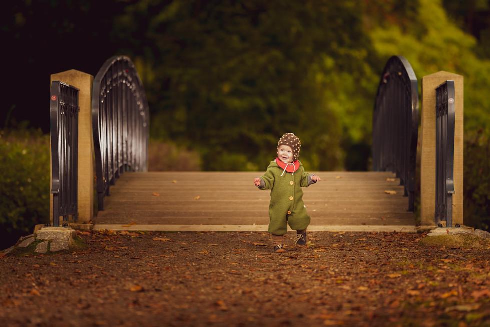 Kind im Park warme Töne