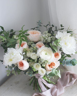 Simple, natural & elegant bridal bouquet